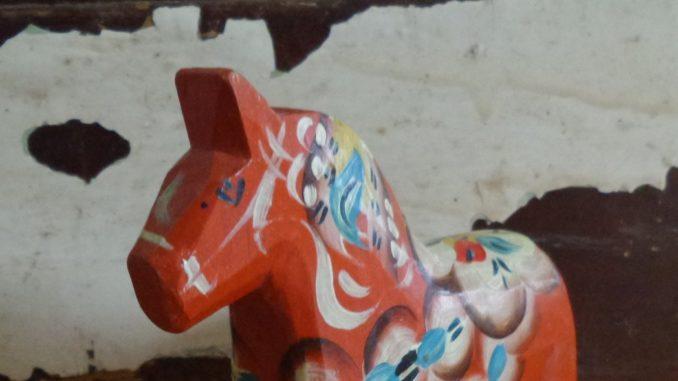 Dalapferd in traditionellem Rot