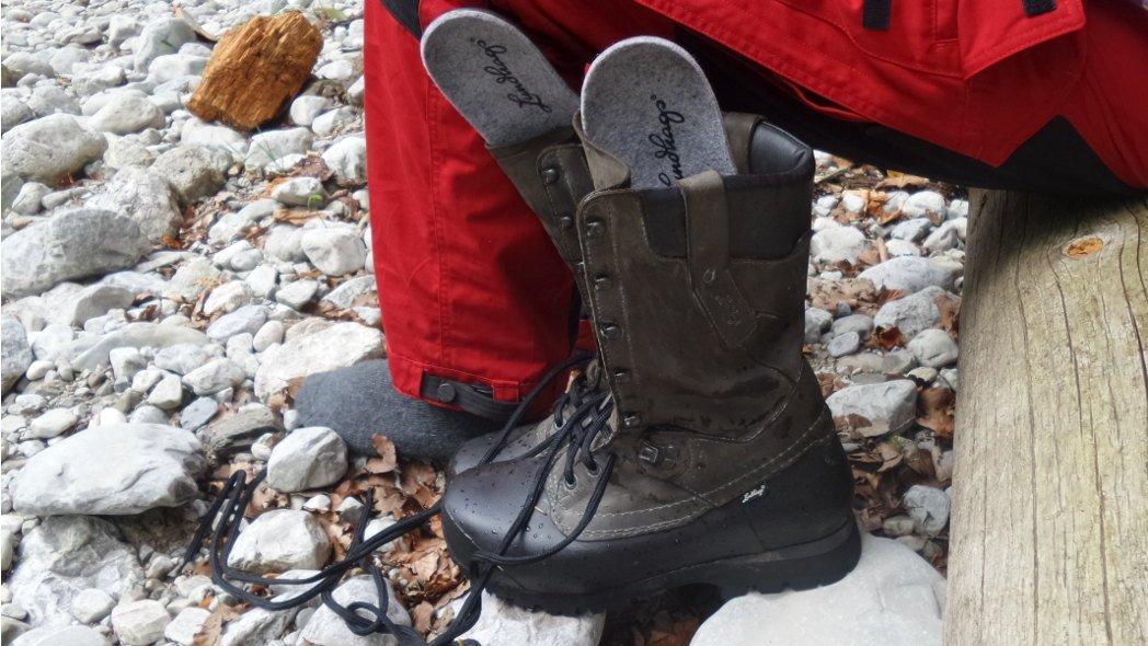 schwedische Wanderschuhe in der Pause lüften