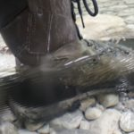 Wanderstiefel wasserdicht beim Durchwaten eines Bergbaches und einer Furth