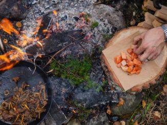 warm geräucherter Saibling über offenes Feuer